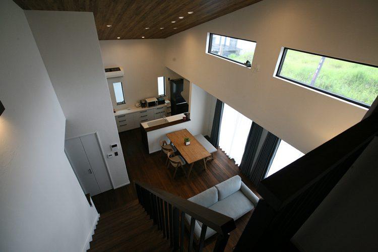 吹抜2階からキッチンを見られる
